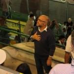 Il sindaco Filippo  Nogarin saluta il pubblico della tribuna ( foto gianpi)