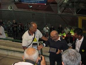 Filippo Nogarin offre una targa a Vittorio Pasqui ( foto gianpi)