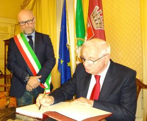 Mario Cardinale, sotto lo sguardo di Filippo Nogarin,  ...firma il grande libro della Canaviglia